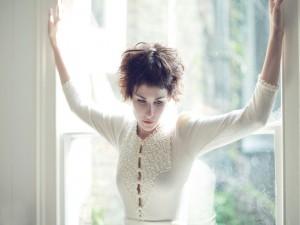 Chica junto a una ventana
