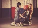 Dos chicas en un garaje