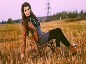 Chica sentada en una silla