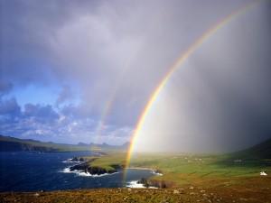 Arcoíris sobre Ballyferriter Bay (Condado de Kerry, Irlanda)