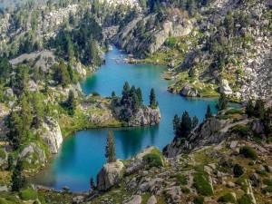 Impresionante lago entre las montañas
