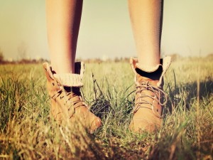 Chica pisando la hierba con unas botas