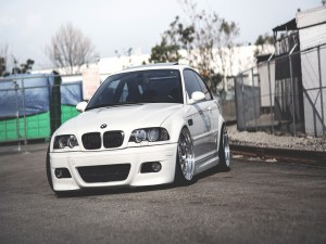 BMW M3 blanco en un recinto