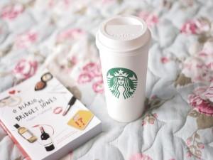 Café y libro sobre una cama