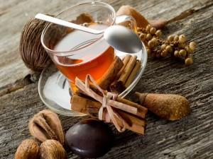 Taza de té con canela y nuez moscada