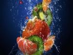 Cóctel de frutas en el agua fresca