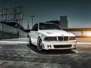 BMW M5 en un aparcamiento