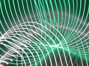 Formas curvas de luz blanca y verde