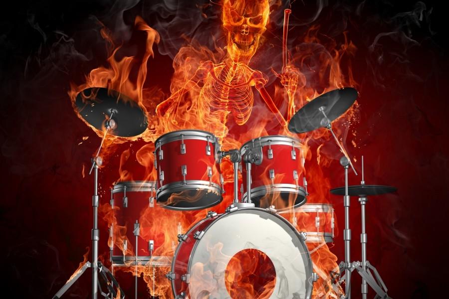 Esqueleto en llamas tocando la batería