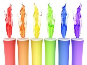 Velas de colores encendidas