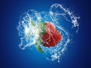 Una exquisita fresa en el agua