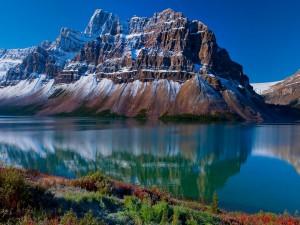 Montañas y lago en la bella Alberta (Canadá)