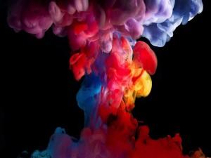 Humo multicolor en un lugar oscuro