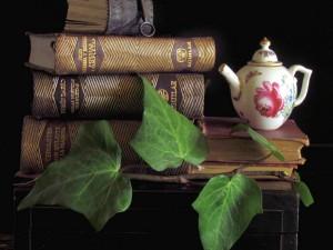 Libros antiguos y una tetera