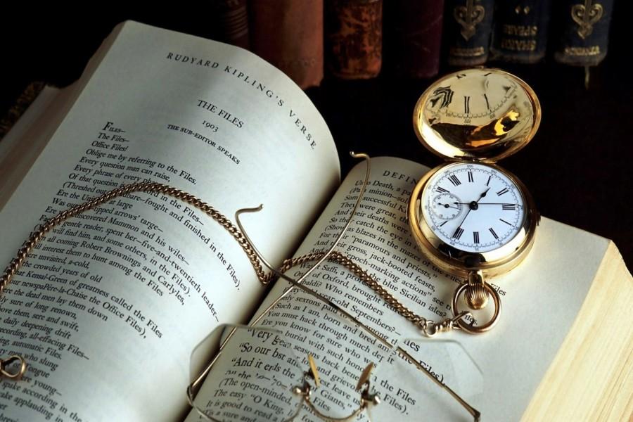 Reloj antiguo con cadena sobre un libro