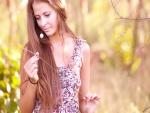 Chica contemplando una rama