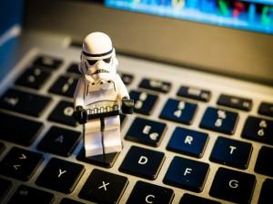 Soldado imperial sobre el teclado de un portátil
