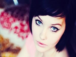 Morena de ojos azules