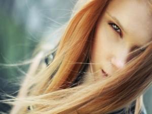 Chica con el pelo en la cara