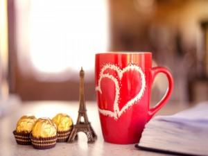 Bombones junto a un pequeño recuerdo de París