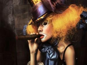 Chica payaso fumando un puro