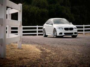 BMW 3 junto a una granja