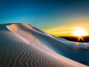 El sol ilumina las dunas