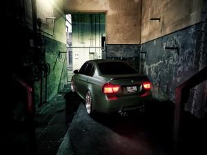 BMW M3 gris en un garaje