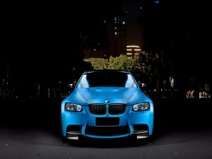Un bonito BMW de color azul
