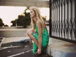 Chica con un vestido verde