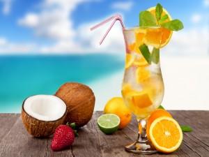 Cóctel y frutas tropicales en verano