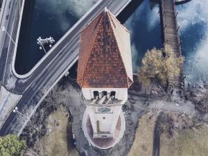 Vista aérea de la torre del reloj en el centro de Spokane (Washington)