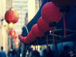 Farolillos chinos en una calle
