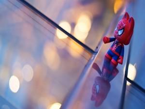 Un pequeño muñeco de Spider-Man