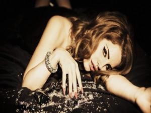 Lana del Rey tumbada sobre diamantes
