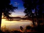 Bote a orillas de un lago