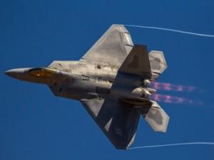 Un F-22 Raptor en el aire