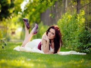 Chica tumbada en la hierba