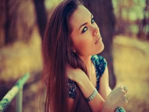 Chica guapa en un parque