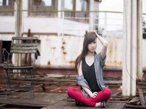 Chica sentada en el suelo de madera