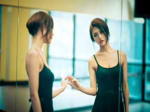 Bailarina mirándose al espejo