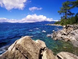 Orilla del lago Tahoe