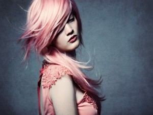 Chica con el pelo rosa