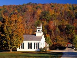 Iglesia rodeada de árboles otoñales