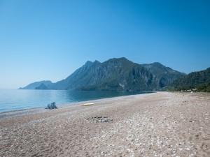Montañas junto a la playa