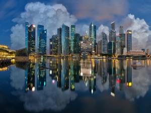 Luces de Singapur al caer la noche
