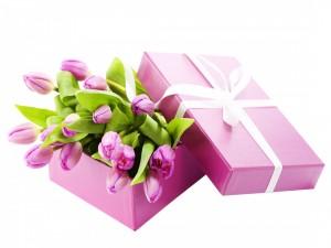 Caja de regalo con tulipanes rosas