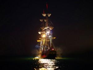 Barco iluminado en la fría noche del océano