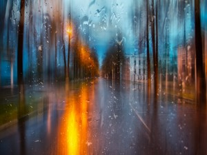 Observando la lluvia a través de una ventana