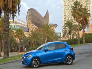 Un Mazda azul metálico estacionado